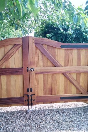 Iroko swan neck joinery gates on green oak posts (2)